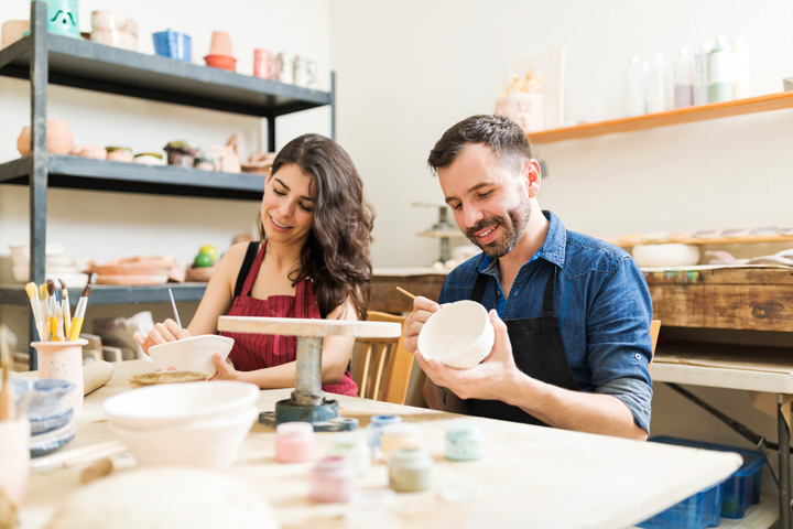 couple painting bowls at pottery class - sober dating